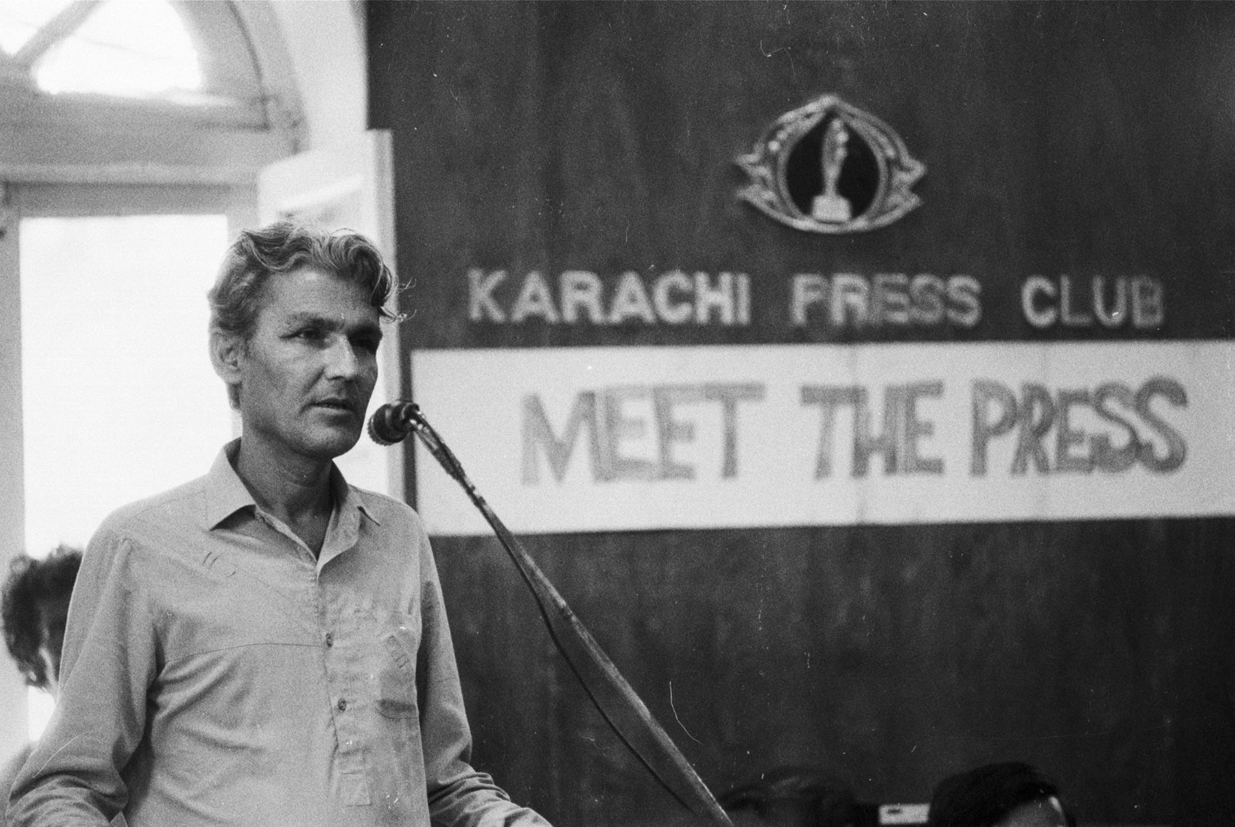 22 جولائی 1986ء کو سندھی قوم پرست رہنما اور سندھی عوامی تحریک کے صدر رسول بخش پلیجو جلیس ہال میں منعقدہ میٹ دی پریس پروگرام میں مخاطب ہیں— تصویر بشکریہ زاہد حسین
