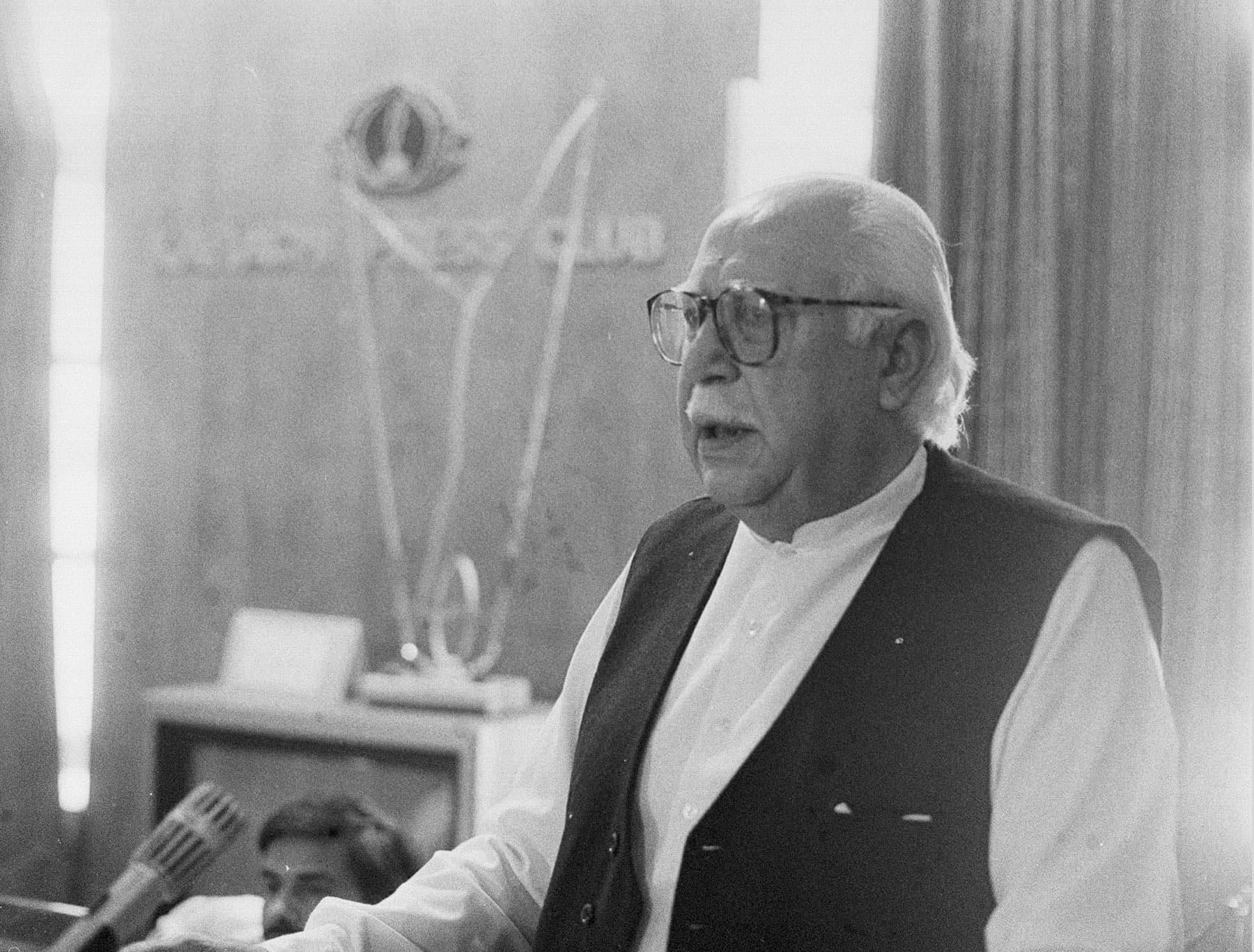 23 اپریل 1985ء کو بلوچ قوم پرست رہنما اور پاکستان نیشنل پارٹی کے رہنما غوث بخش بزنجو کراچی پریس کلب کے جلیس ہال میں منعقدہ میٹ دی پریس سے مخاطب ہیں— تصویر بشکریہ زاہد حسین