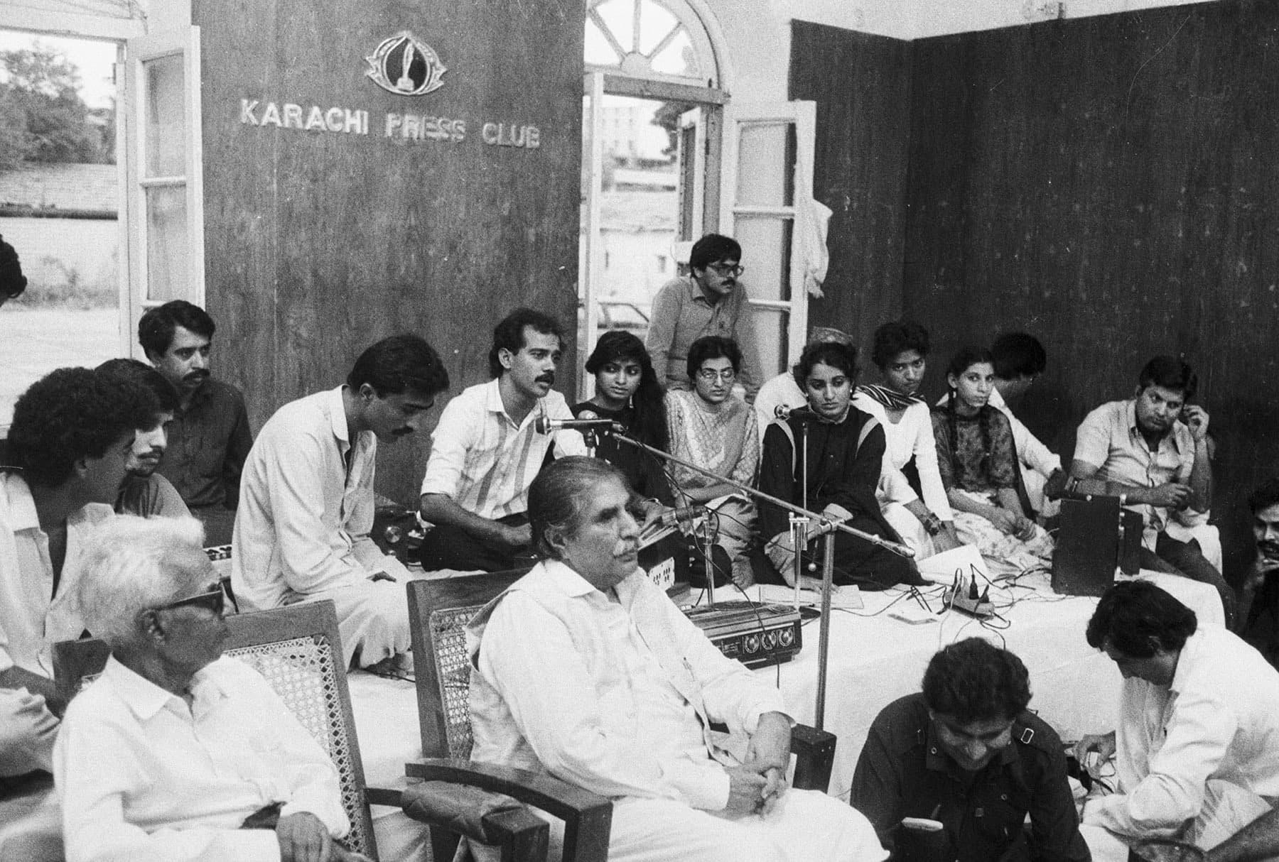 24 جولائی 1986ء کو معروف سندھی شاعر شیخ ایاز پریس کلب میں سندھی ادبی سنگت کے زیراہتمام پروگرام ایک شام وائسز کے سنگ میں شریک ہیں— تصویر بشکریہ زاہد حسین