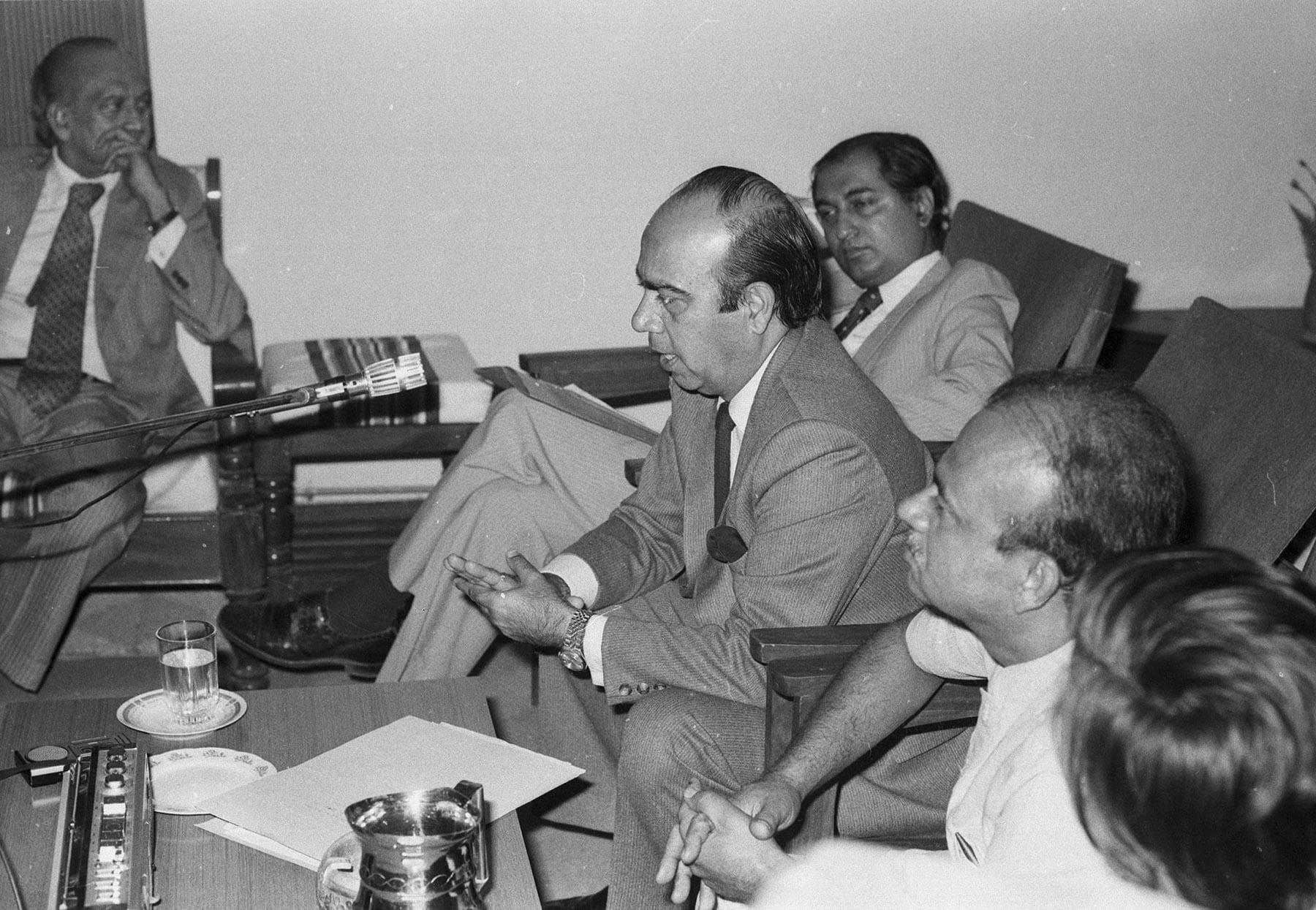 29 نومبر 1983ء کو بھارتی ہائی کمشنر شرما کراچی پریس کلب کے جلیس  ہال میں محو گفتگو ہیں— تصویر بشکریہ زاہد حسین