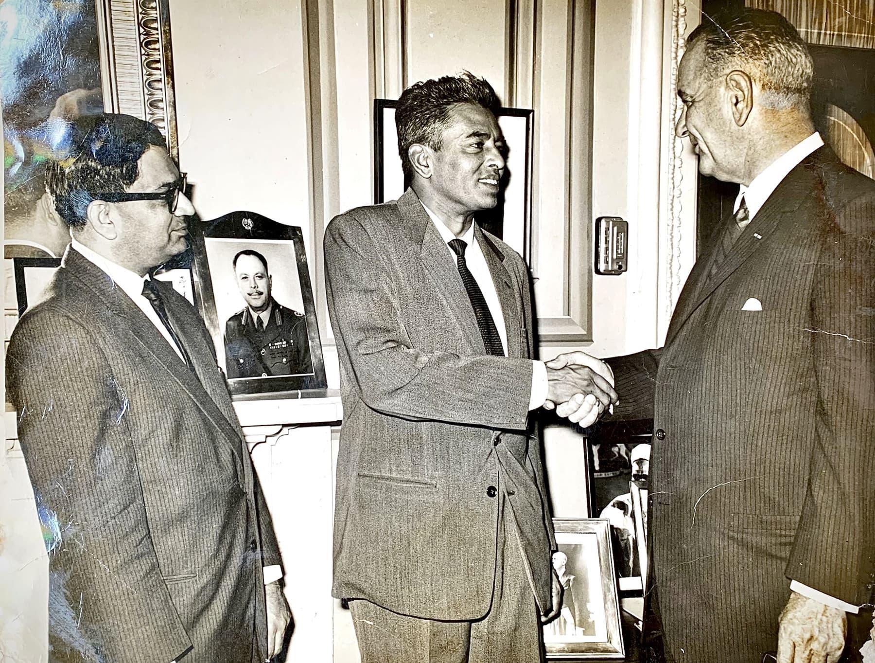 19 دسمبر 1961ء واشنگٹن میں سابق امریکی نائب صدر لِنڈن بی جانسن اپنے مدعو مہمان ابراہیم جلیس کا استقبال کر رہے ہیں۔ تصویر میں پاکستان سفارت خانے کے پریس اتاشی اقبال بٹ بھی دیکھے جاسکتے ہیں— تصویر بشکریہ زاہد حسین