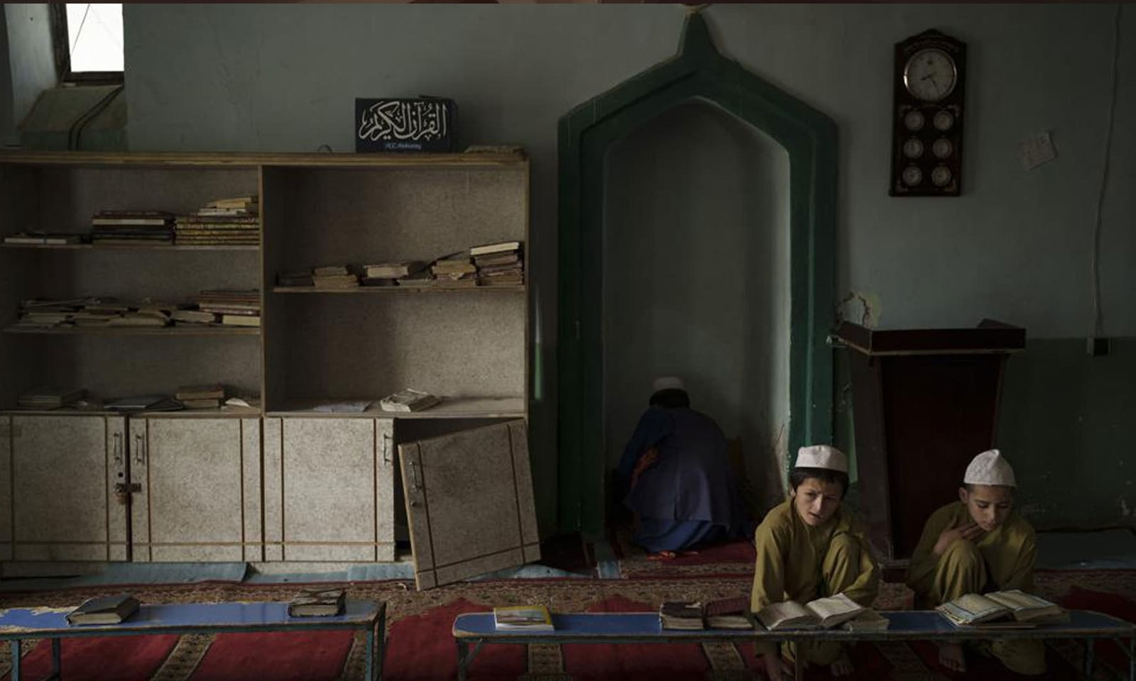افغان طلبا کابل کے ایک مدرسے میں قرآن پاک پڑھ رہے ہیں  —فوٹو: اے پی