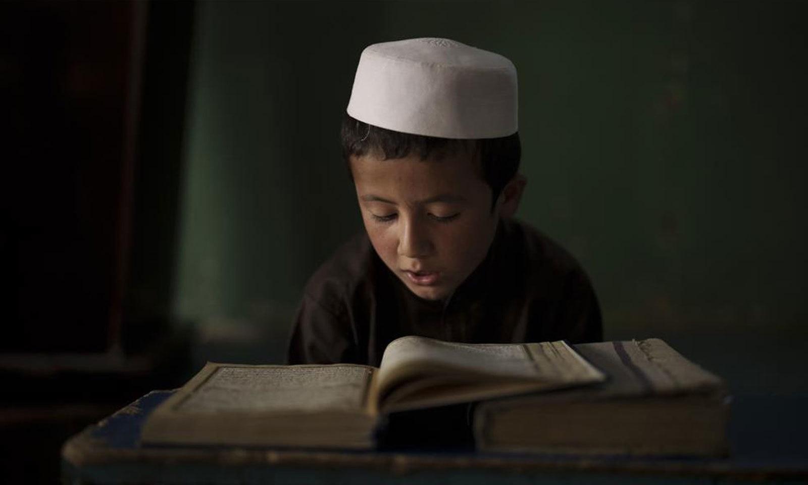 شہری تعلیم یافتہ افغانوں اور بین الاقوامی برادری کی طرف سے لڑکیوں اور عورتوں کی تعلیم تک مساوی رسائی کی اپیل بھی کی جارہی ہے—فوٹو: اے پی
