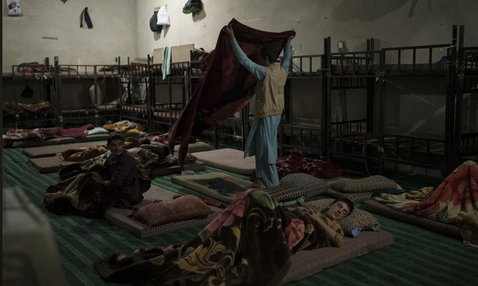 مدراس کے طلبا علی الصبح بیدار ہوتے ہیں—فوٹو: اے پی