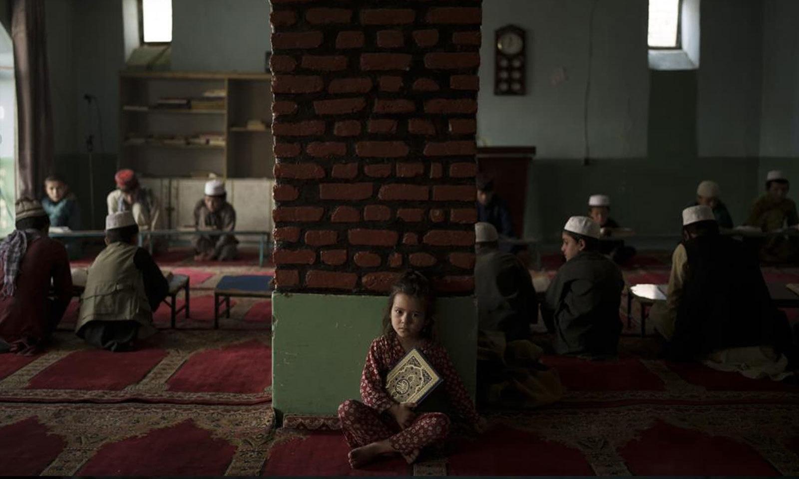 مدارس کے طلبا بھی غیر یقینی صورتحال کا شکار ہیں کہ طالبان کے دور میں ان کا مستقبل کیا ہوگا —فوٹو: اے پی