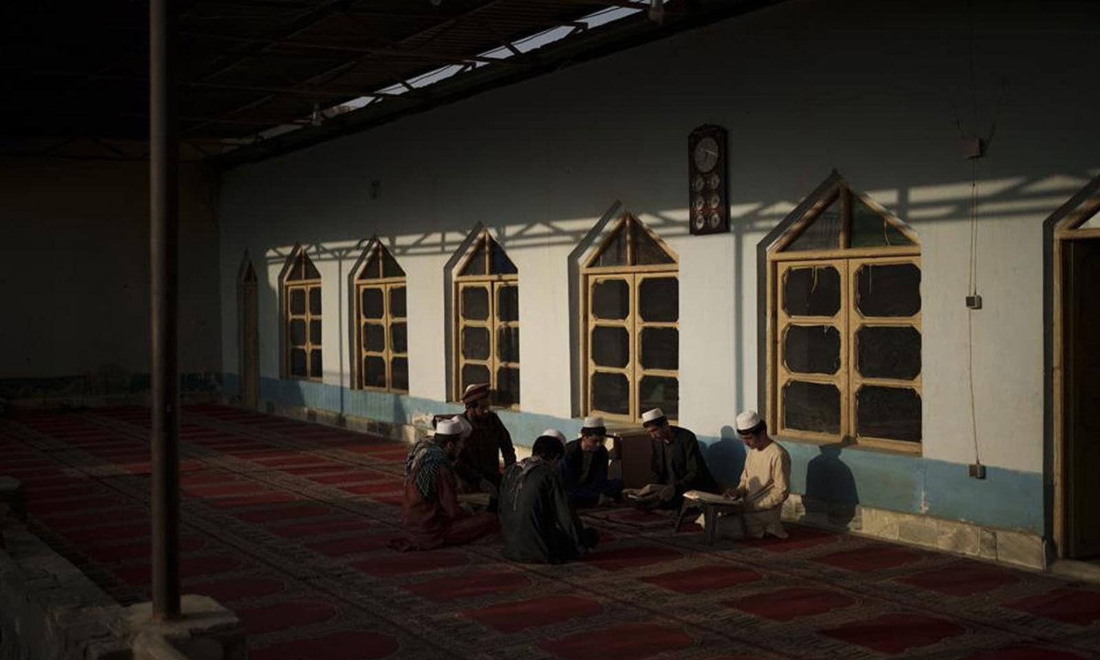 مدرسے کے طلبا صبح کے ساڑھے 4 بجے بیدار ہوجاتے ہیں اور عبادت سے دن کا آغاز کرتے ہیں —فوٹو: اے پی