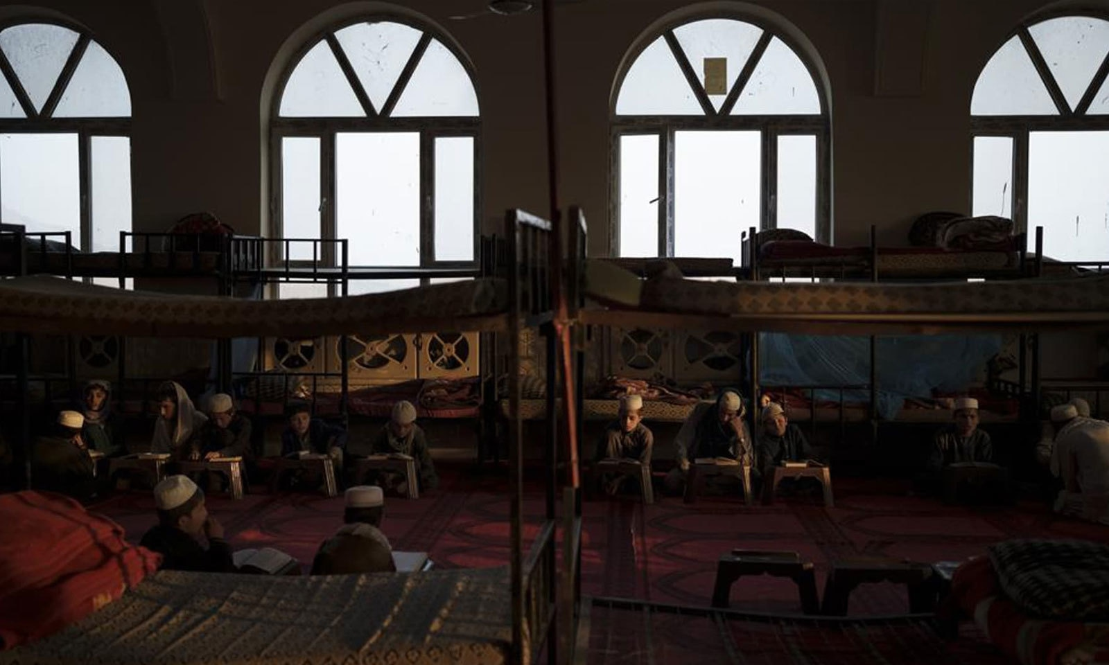 طلبا کابل کے مدرسے میں قرآن پاک کی تلاوت میں مصروف ہیں—فوٹو: اے پی