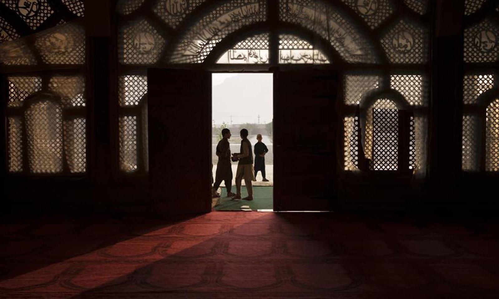 طلبا مدرسے کے داخلی دروازے پر موجود ہیں — فوٹو: اے پی