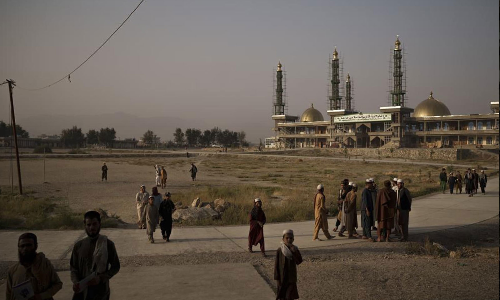افغان طلبا نمازِ فجر کے بعد کابل کی مسجد سے باہر نکل  رہے ہیں—فوٹو: اے پی