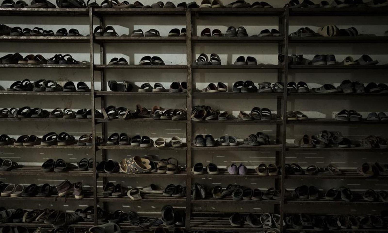 طلبا کے جوتے افغانستان کے دارالحکومت کابل میں خاتم الانبیا مدرسے کے ڈائننگ ہال کے داخلی مقام پر رکھے ہوئے ہیں—فوٹو: اے پی