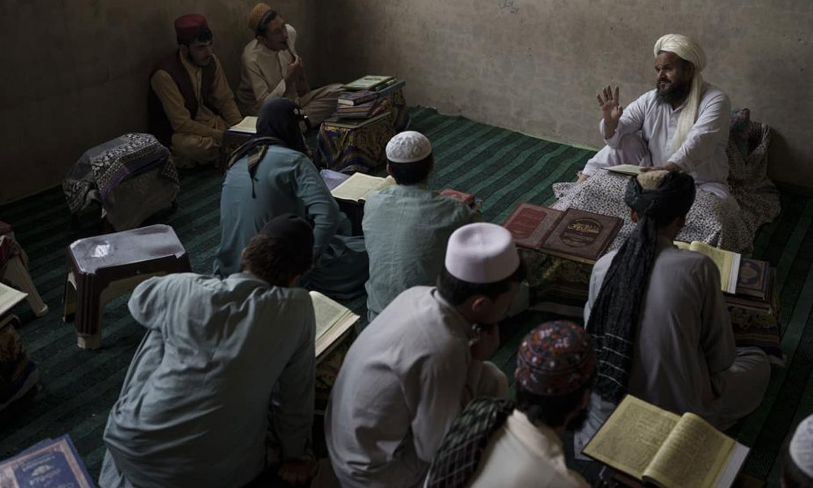 کابل کے مدرسے میں استاد طلبا سے گفتگو کررہا ہے —فوٹو: اے پی