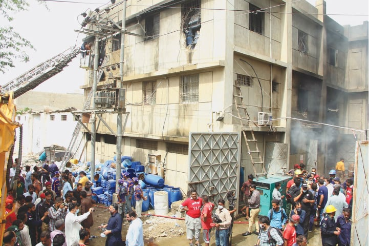 People gather around a factory in Korangi where a fire broke out on August 27, 2021 | Shakil Adil/White Star