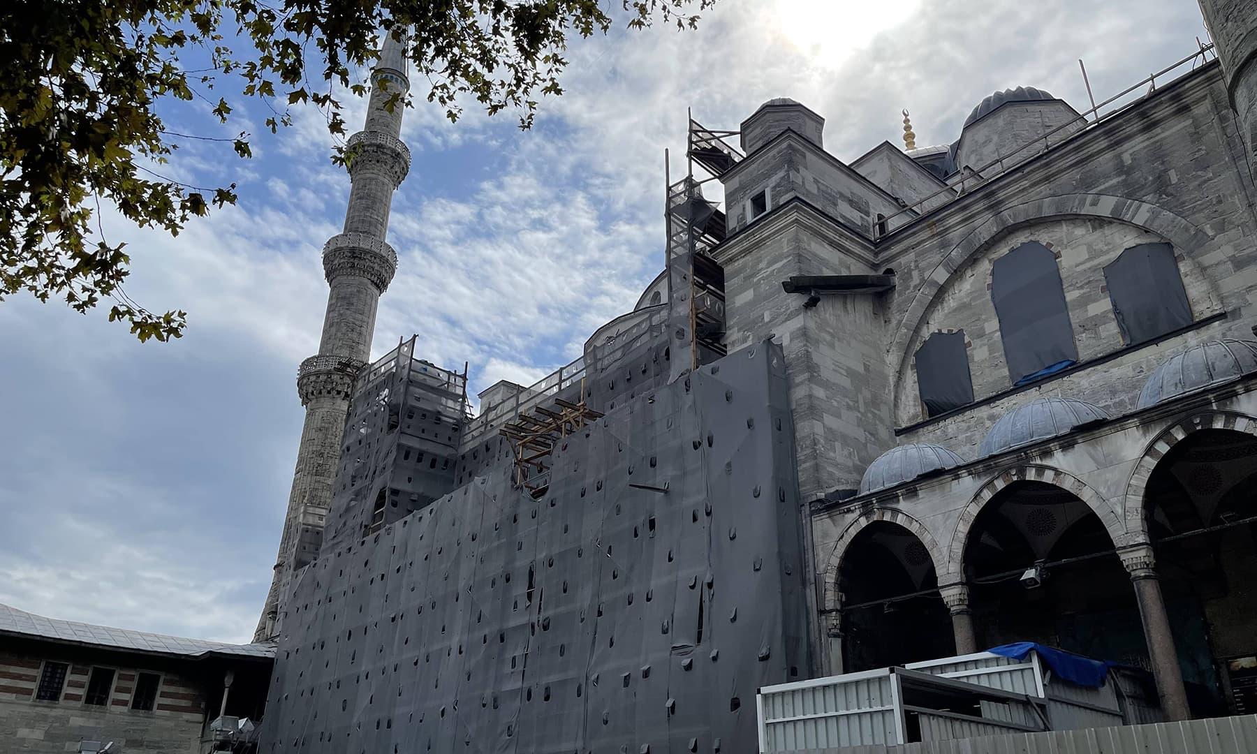 نیلی مسجد میں مرمتی کام جاری ہے (2017ء)