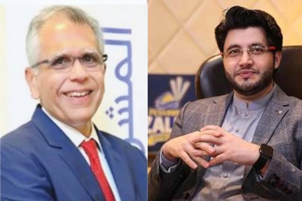 National Bank President Arif Usmani (L) and Peshawar Zalmi owner Javed Afridi. — Photo courtesy AFP/File