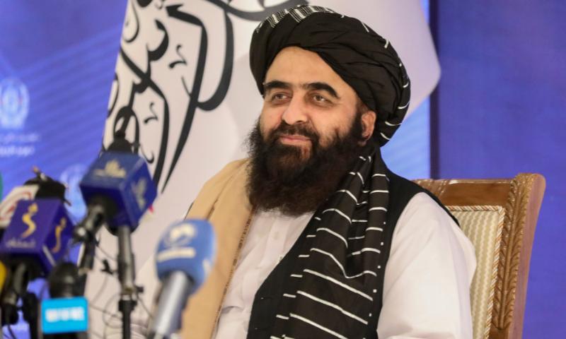 افغانستان میں طالبان کی عبوری حکومت کے وزیر خارجہ امیر خان مفتی نے کابل میں پریس کانفرنس کی—فوٹو: اے پی