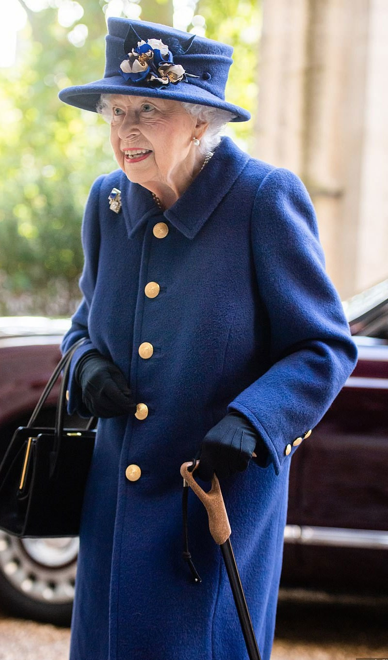ملکہ برطانیہ نے پہلی بار عوامی تقریب میں چھڑی کا استعمال کیا—فوٹو: ٹوئٹر