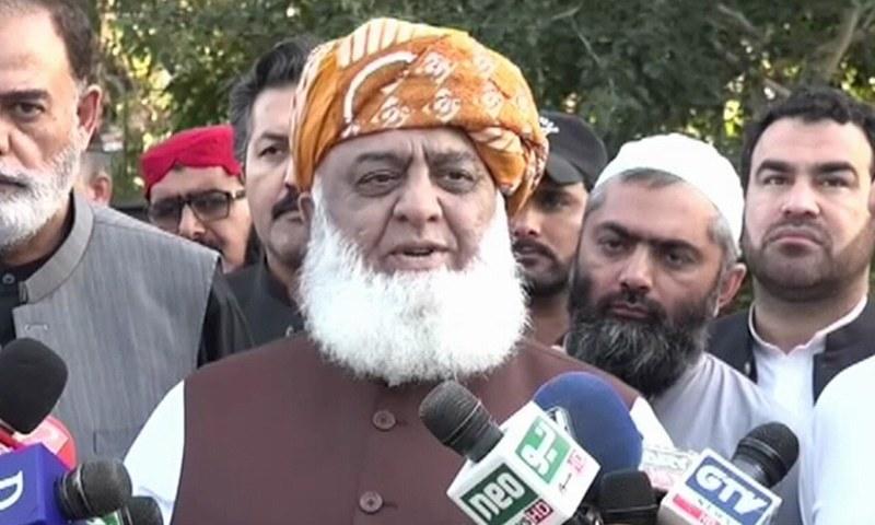 جمعیت علمائے اسلام(ف) کے سربراہ مولانا فضل الرحمٰن اسلام آباد میں میڈیا سے گفتگو کررہے ہیں— فوٹو: ڈان نیوز