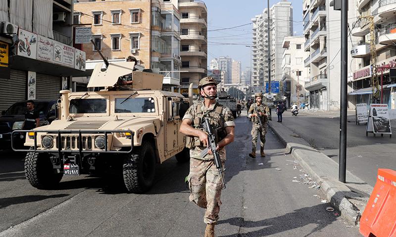 جھڑپوں کے بعد بیروت کی سڑکوں پر فوج کی بکتر بند گاڑیاں اور ٹینک گشت کرنے لگے— فوٹو: اے ایف پی