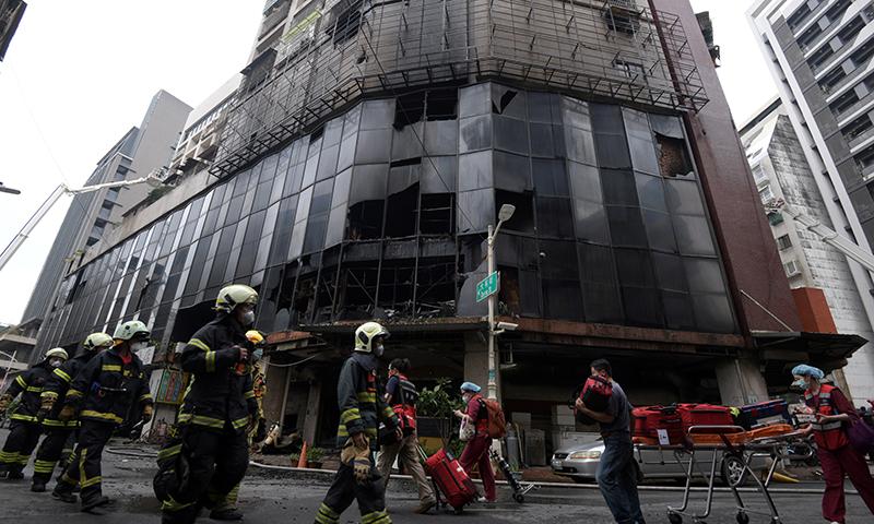 رات تین بجے لگنے والی اس آگ کو بجھانے میں 4 گھنٹے لگ گئے اور صبح 7 بجے عملہ آگ بجھانے میں کامیاب ہوا — فوٹو: رائٹرز