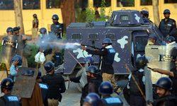 اسلام آباد کے ریڈ زون میں جنگ کا منظر