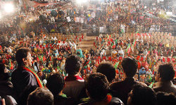 Imran vows to put up 'grand show' to mark a month of protests
