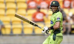 Pakistan top order fails, Misbah stands firm