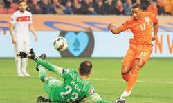 Late goals save day for Netherlands, Italy