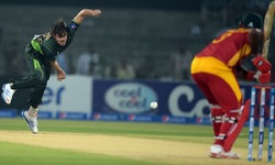 Pakistan stage comeback with three quick wickets