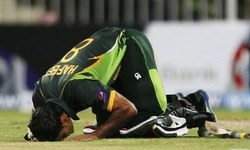 The sporting sajda: A history
