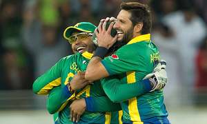 3rd T20: Pakistan on top as England lose six
