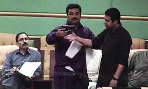 سندھ اسمبلی:نجی ٹی وی کی ٹیم اسلحےسمیت گرفتار