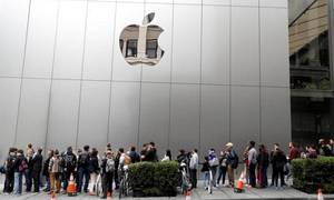 Apple rehires prominent security pro as encryption fight boils