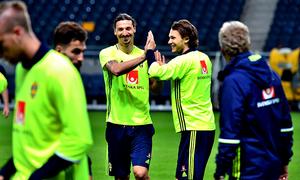 Ibrahimovic dodges Manchester United speculation