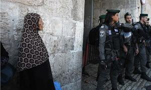 Palestinian stabs  Israeli police in Jerusalem and is shot: police