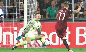 Inter suffer more Europa woe, Totti excels for Roma