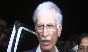 Khattak's convoy retreats to Swabi on Imran's advice, to move towards capital later