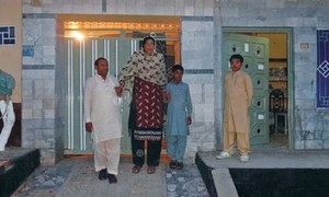 PM Nawaz fulfils promise to country's tallest woman, awards her Rs2 million