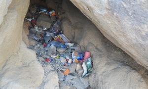 غارِ ثور پر کچرا پھینکنے والے تھوڑا تو لحاظ کر لیں