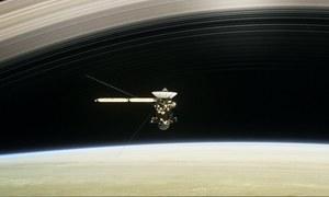 Spacecraft flies between Saturn and its rings