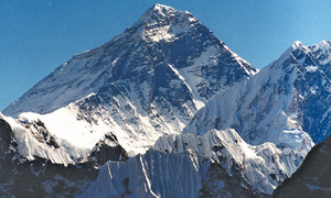 Mountaineer abandons Everest summit to help injured compatriot