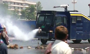 Police fire water cannon to disperse protesting farmers in Islamabad