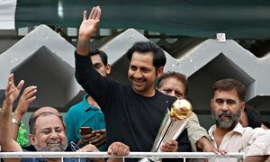 Sarfaraz gets hero's welcome as Pakistan team returns home