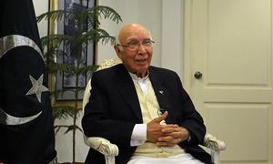 Kashmiri delegation calls on Sartaj Aziz, seeks Pakistan's support