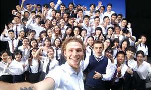This young guy ditched the DSLR and took a perfect selfie with 100 people in seconds