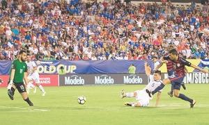 US top El Salvador to reach semis