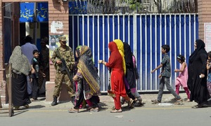 Situationer: women at polling stations