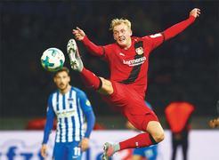 Kagawa leads Dortmund back to top spot