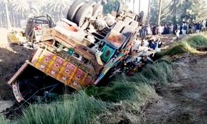 خیرپور: تیز رفتار ٹرک اور وین میں تصادم، 21 افراد جاں بحق