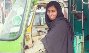 تمام تر مسائل کے باوجود رکشہ چلا کر بچوں کو پالنے والی خاتون