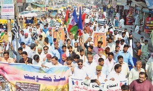 Police crack down on Sindh sugarcane growers' protest as PPP cries 'conspiracy'
